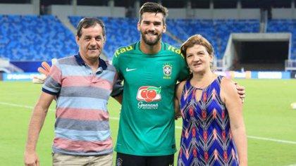Alisson Becker, arquero del Liverpool de Inglaterra y la selección de Brasil, junto a sus padres