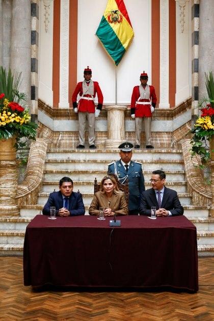 La Presidente de Bolivia Jeanine Añez, junto al Ministro de Justicia Alvaro Coimbra y el Vice Ministro Hubert Vargas