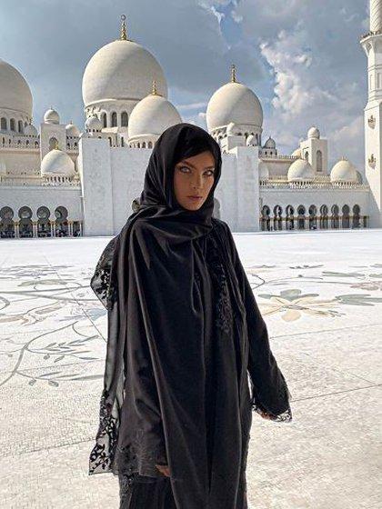 La cantante se paseó por los Emirates Árabes en compañía de su mamá y portando la indumentaria típica, como el hiyab. (Foto: Instagram)