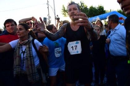 """Exhausto, Tinelli termina la Maratón Dino Hugo Tinelli y busca los brazos de Guillermina Valdés. Entonces se fundirán en un abrazo, se darán un beso: """"Estoy fusilado de la rodilla"""", le confiará el conductor. Es que no debería haberla corrido: se lo dijeron los médicos. """"Pero no podía fallarle a mí papá…"""", dijo él"""