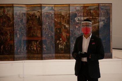 Un vigilante del Museo Soumaya porta cubrebocas, careta y guantes como parte de las medidas de seguridad del recinto.