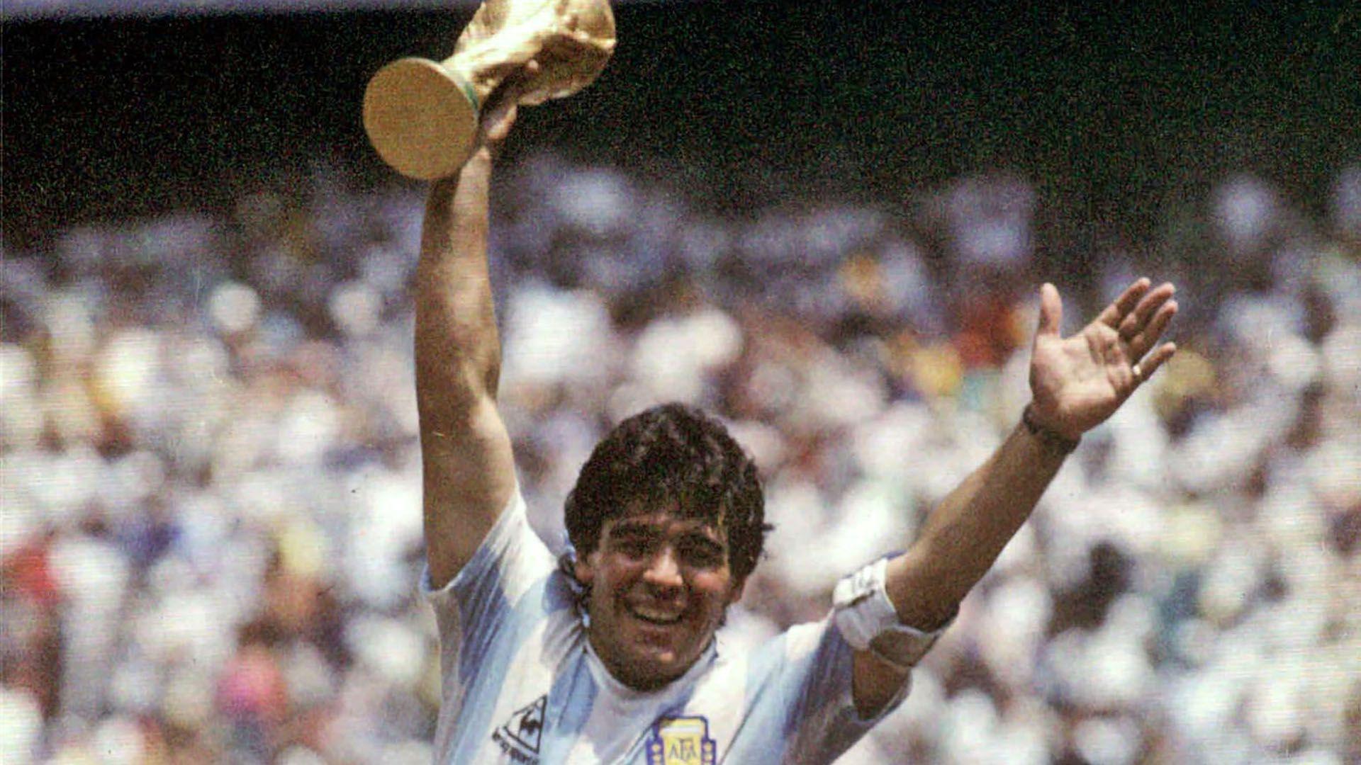 Maradona, la Copa del Mundo y la camiseta de la selección argentina con la que se consagró (Foto NA: HORACIO VILLALOBOS)