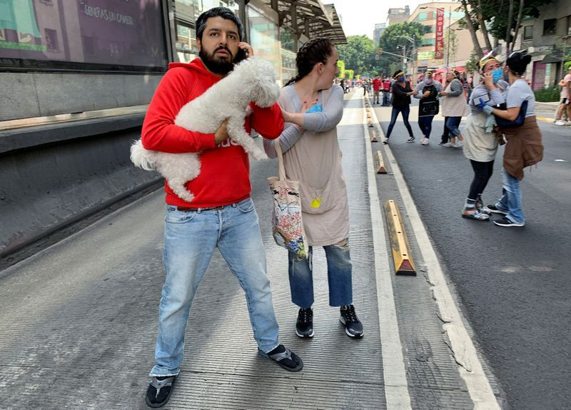 Gente reacciona después de un terremoto en la Ciudad de México. 23 de junio de 2020. REUTERS/Tomás Bravo