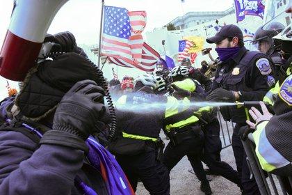 Policías lanzaron gas pimienta para dispersar a los partidarios del presidente de EEUU frente al edificio del Capitolio en Washington (REUTERS/Stephanie Keith)