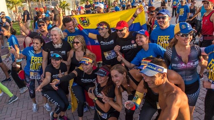 Un grupo de corredores se toma una foto con la bandera de Venezuela(EFE/ Giorgio Viera)