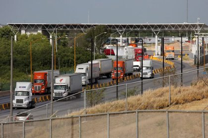 Camiones cruzan la frontera hacia EEUU antes del control fronterizo en  Laredo (Foto: Reuters / Carlos Jasso)