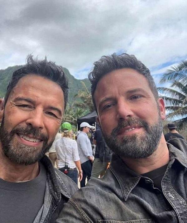 """Ben Affleck (derecha) se toma una selfie con su doble Rich Cetrone en Hawaii en el set de """"Triple Frontier"""""""