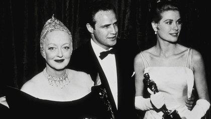 Bette Davis, Marlon Brandoy Grace Kellyen la ceremonia de los Oscar en 1956 (Hollywood Archive/The Grosby Group)