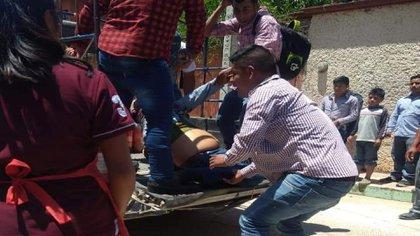 Pobladores ayudaron a trasladar a la victima al hospital (Foto: Twitter/DDHH_Chiapas)