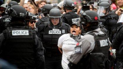 Una mujer detenida durante las protestas. (AP)
