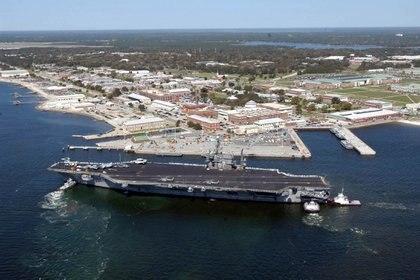 El portaaviones USS John F. Kennedy llega para realizar ejercicios a la Estación Aérea Naval de Pensacola, Florida, Estados Unidos, el 17 de marzo de 2004 (U.S. Navy/Patrick Nichols/Handout via REUTERS)