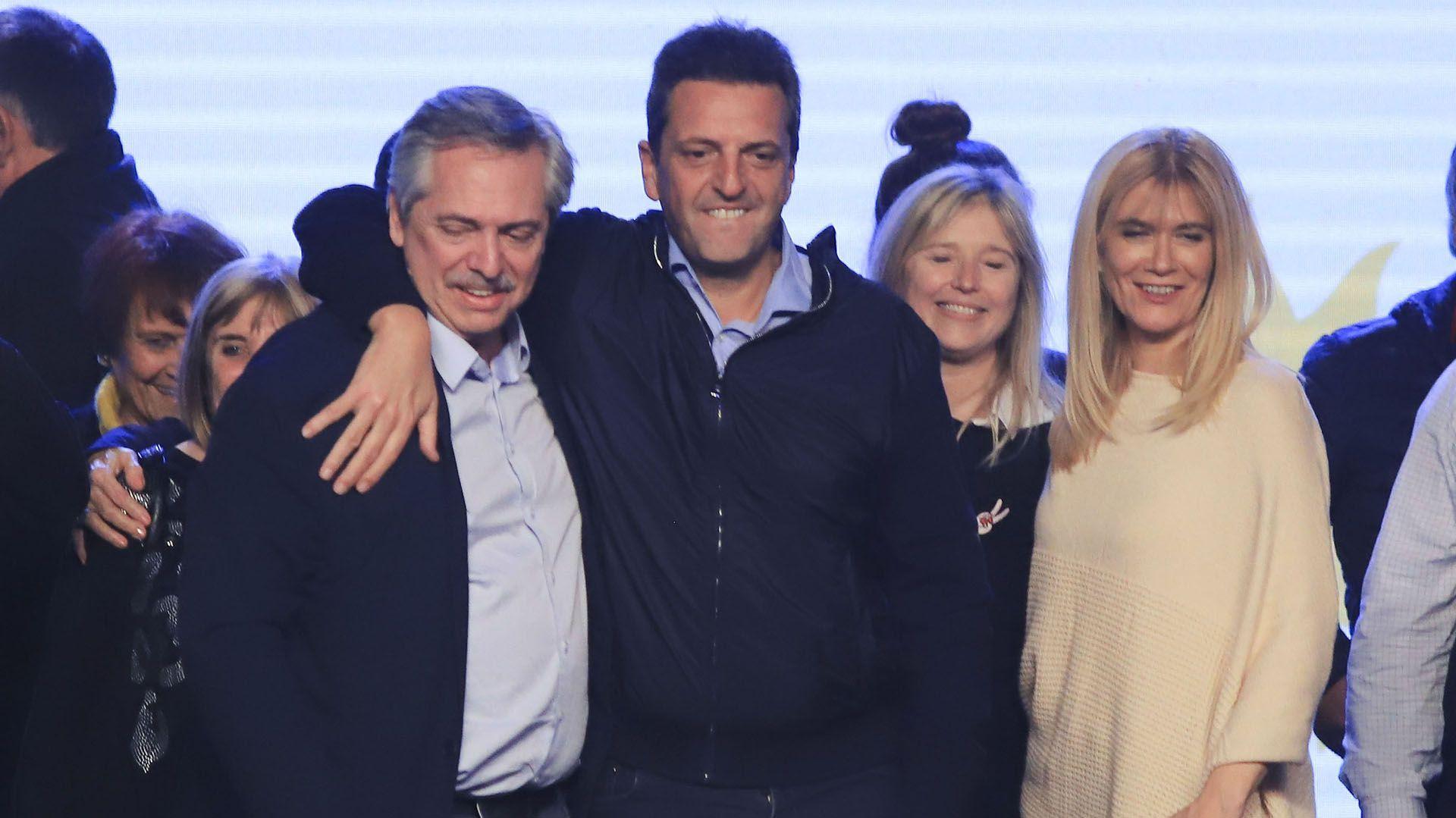 El festejo de Alberto Fernández junto asu novel aliado, Sergio Massa.