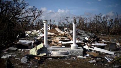 El pórtico de una casa destruida por el huracán Dorian es lo único que queda de la estructura, destruida por el huracán Dorian, en High Rock, Gran Bahama, Bahamas, el jueves 5 de septiembre de 2019. (Foto AP/Ramon Espinosa)