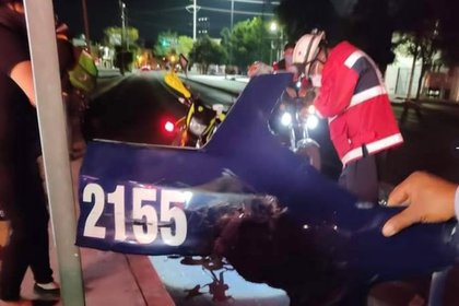 En la escena quedó un cacho de carrocería con la matrícula de la patrulla (Foto: @AllOaxaca)