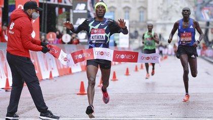 El etíope Kitata se quedó con el triunfo en los metros finales  (Richard Heathcote/Pool via AP)