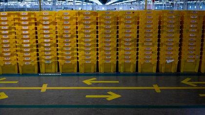 Un centro de almacenamiento de Amazon en EEUU, donde pueden observarse las indicaciones para que los empleados circulen manteniendo la distancia social (The New York Times)