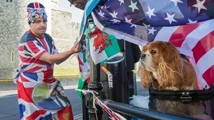Los británicos siguen con atención la ceremonia privada (Rick Findler/PA via AP)