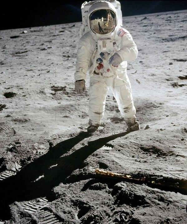 En esta foto de 1969, el astronauta Buzz Aldrin camina sobre la superficie de la luna durante la misión Apollo 11. Reflejado en su visor, podemos ver a Neil Armstrong, quién tomó la foto (AP)