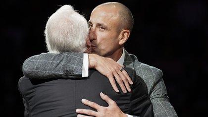 Manu saluda a Popovich en la ceremonia de despedida del jugador argentino, donde el entrenador recordó anécdotas de los comienzos de Ginóbili en los Spurs.