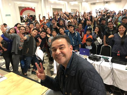 El actor compartiendo una reunión con fans de Goku (Foto: Twitter)
