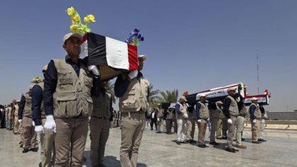 Más de 500 cadáveres fueron exhumados de fosas comunes (AP)