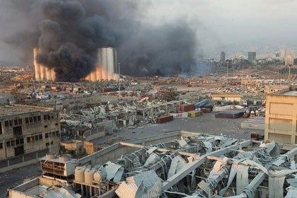 Una columna de humo en Beirut tras una explosión (Reuters/ Mohamed Azakir)