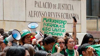 AME116. BOGOTÁ (COLOMBIA), 02/03/2020.- Personas en favor del aborto legal se manifiestan este lunes frente a la Corte Constitucional, que discute su despenalización total en Bogotá (Colombia). EFE/Mauricio Dueñas Castañeda