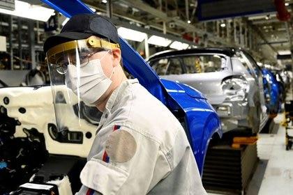 Algunos sectores comenzaron a registrar más actividad, como el automotriz, pero aún no llegó a trasladarse a los salarios (Reuters)