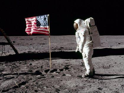 Apolo 11, el astronauta Buzz Aldrin se encuentra junto a una bandera en la Luna el 20 de julio de 1969