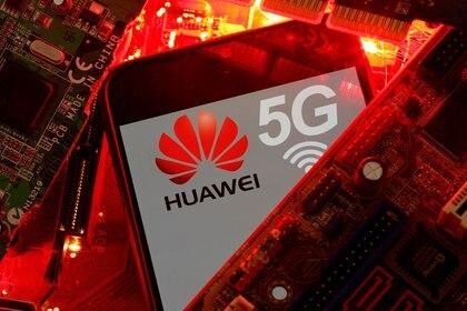 Ilustración con el logo de Huawei, la estrella de la industria tecnológica de China (REUTERS/Dado Ruvic)