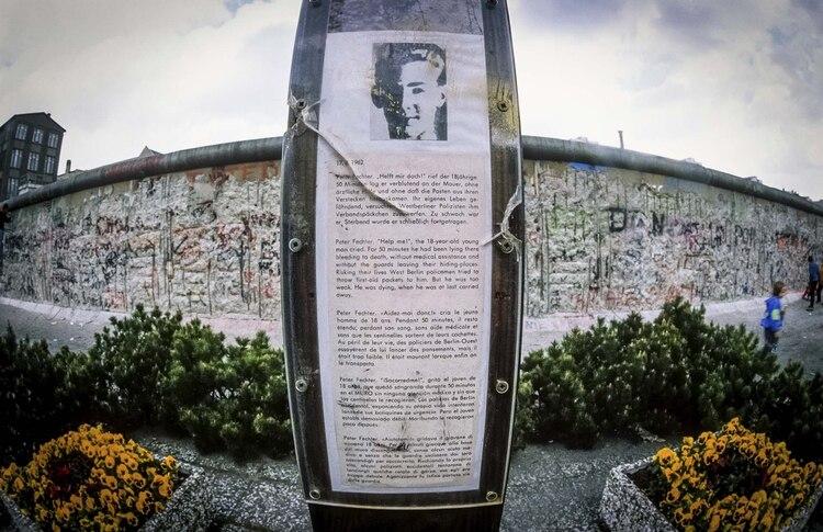 Memorial de Peter en Berlín. El caso de Peter por su edad, por la crueldad de la situación y por la cantidad de testigos y las protestas que estos levantaron, tuvo mucha difusión. La revista Time publicó un artículo sobre su muerte. Allí se llamó por primera vez al Muro de Berlín como El Muro de la Vergüenza (BROKER/Shutterstock)