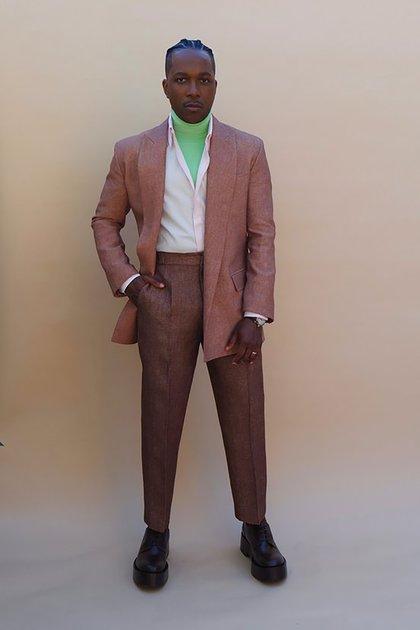 Leslie Odom, Jr. con un vanguardista look, impactó en la alfombra roja con el color de su traje: marrón combinado con camisa blanca y remera verde (@goldenglobes)
