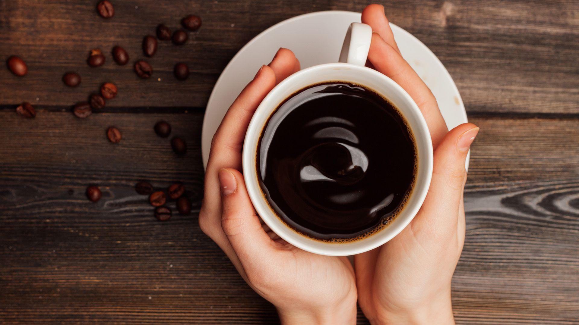El riesgo de muerte en adultos que consumen café regularmente, varía según la cantidad de tazas consumidas al día