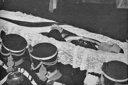 A las 10.15, apareció el padre Héctor Ponzio en el dormitorio de Perón. Era el capellán del Regimiento de Granaderos, que oficiaba las misas los domingos en la capilla de la residencia. Ponzio le dio la extremaunción