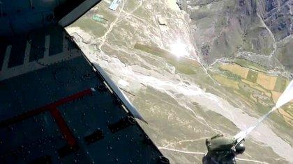 Imagen desde el interior del Xian Y-20, el avión que utilizó el ejército comunista chino para transportar a los paracaidistas en la meseta tibetana (CCTV)