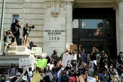Manifestantes en el frente de la sede de gobierno del distrito de Columbia en Washington este sábado (REUTERS/Erin Scott)