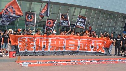Los simpatizantes de Wuhan accedieron por primera vez a un partido de fútbol desde que comenzó la pandemia (Foto: Peter STEBBINGS / AFP)