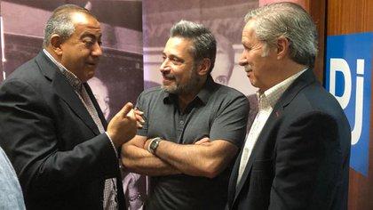 El secretario de la CGT, Héctor Daer, el secretario del gremio de Porteros, Víctor Santamaría, y el canciller Felipe Solá