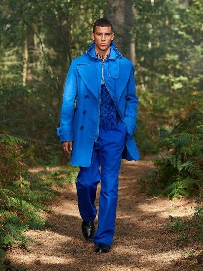 El color azul fue uno de los protagonistas de la pasarela de Burberry tanto para la línea femenina como la línea masculina (Reuters)