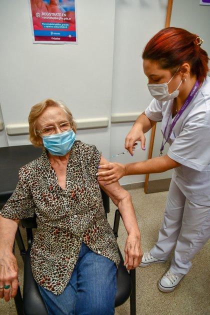 Elsa Nélida Alonso, de 90 años, esta tarde se convirtió en la vacunada número un millón del país