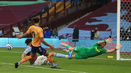 Emiliano Martínez sigue haciendo historia en la Premier League: igualó la marca de un arquero mundialista