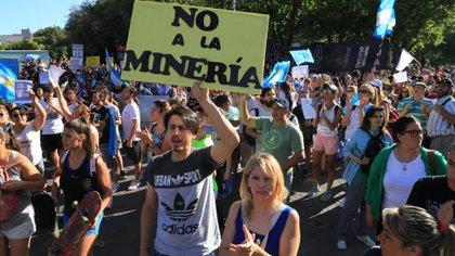 Cientos de ciudadanos protestaron en contra de la medida. (Maximiliano Ríos)