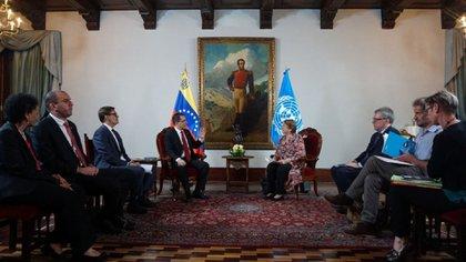 Fotografía cedida por prensa del Ministerio de Relaciones Exteriores de Venezuela del canciller venezolano Jorge Arreaza mientras se reúne con la alta comisionada de Naciones Unidas para los derechos humanos, Michelle Bachelet. Bachelet arribó la tarde de este miércoles a Venezuela en una visita de trabajo que inició esta misma jornada con Arreza (EFE)