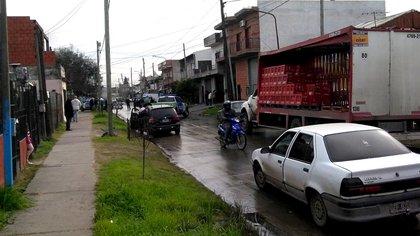 El policía muerto trató de evitar el robo al camión de reparto que aparece en imagen
