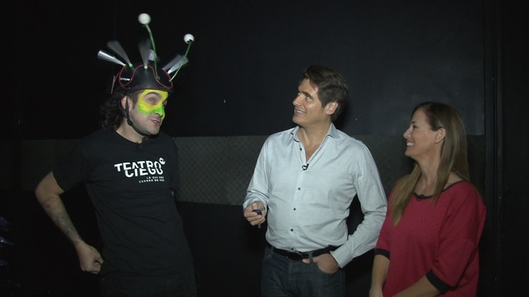 Guillermo Andino y Carolina Prat junto a uno de los actores de Teatro Ciego