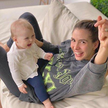 Luisa Drozdek jugando con su hija, Delfina