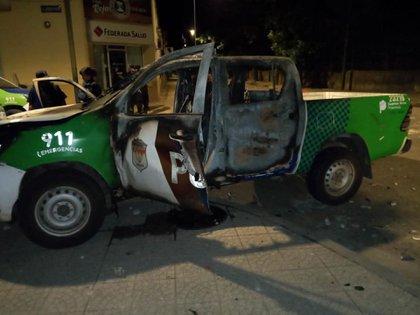 Uno de los patrulleros fue quemado durante las protestas