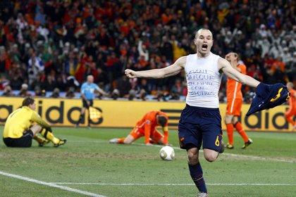 """El centrocampista español Andrés Iniesta celebra su gol que dió la victoria a España en la final del Mundial de Fútbol Sudáfrica 2010 """". EFE/KERIM OKTEM/Archivo"""