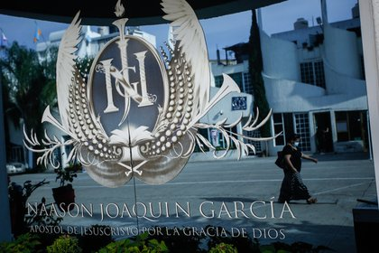 Con las iniciales del apóstol Naasón Joaquín García -preso en California- fue diseñado un escudo que se colocó en todos los templos de La Luz del Mundo. Foto- Adolfo Valtierra