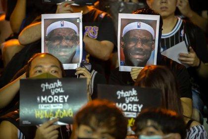 En Hong Kong protestaron con caretas de LeBron James llorando (AP)